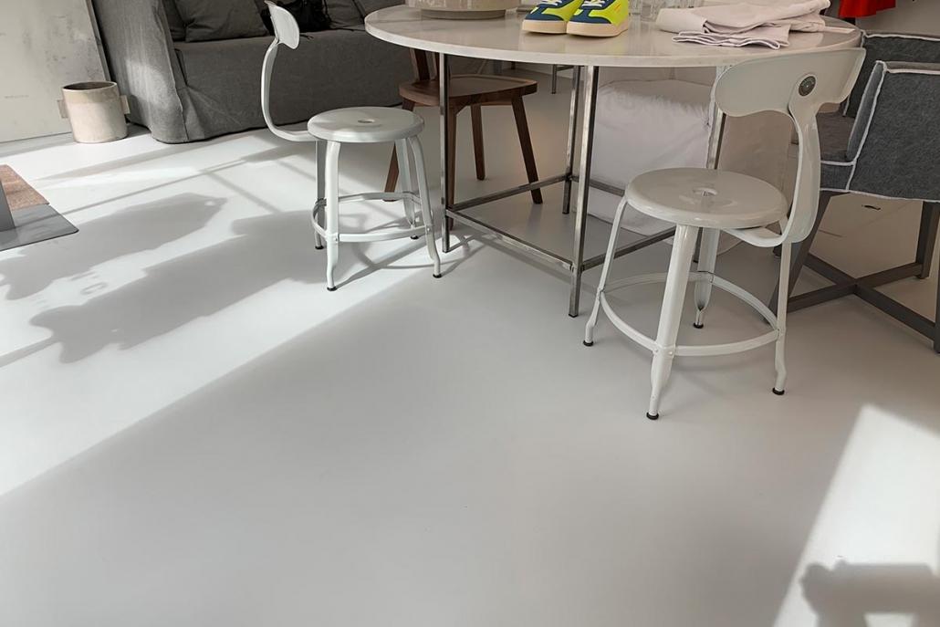 Hvidt PU gulv i tøjbutik