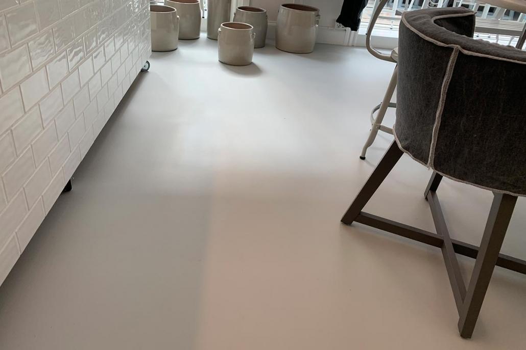 Hvidt polyurethangulv i butik