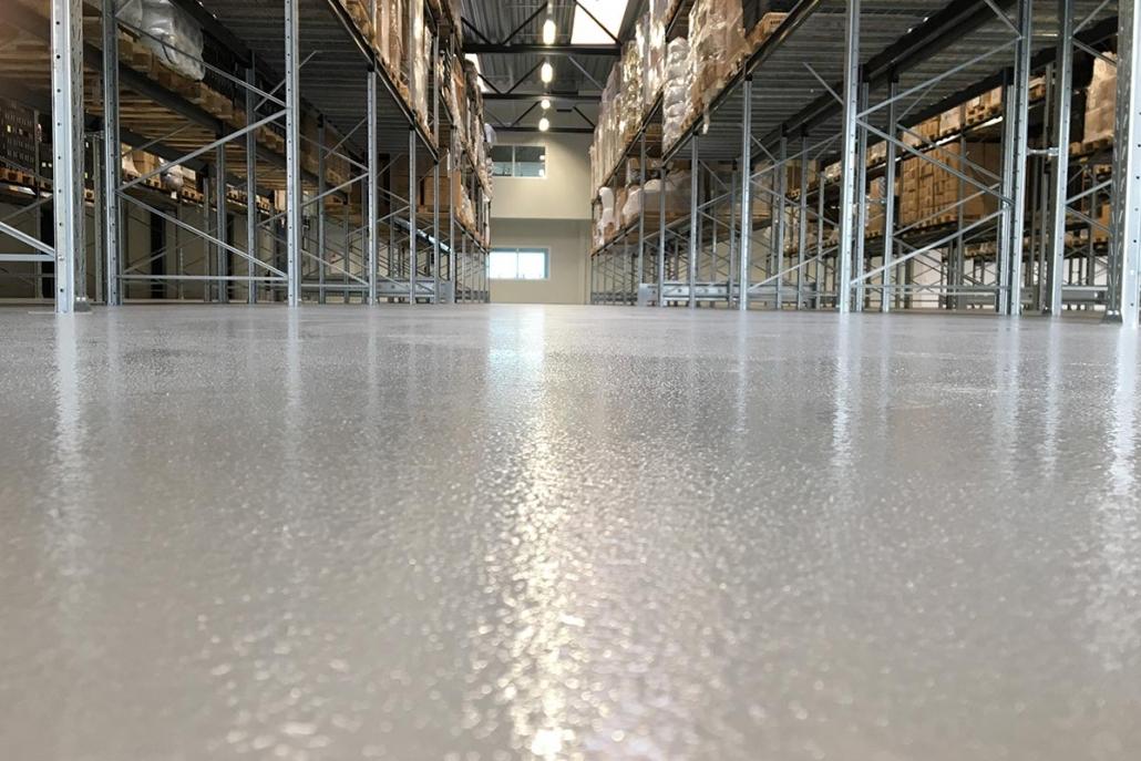 Fugefrit epoxygulv til lagerhal, som er et perfekt industrigulv