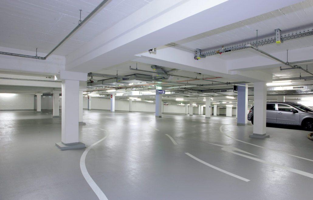 Epoxygulv i parkeringshus med kørebaner