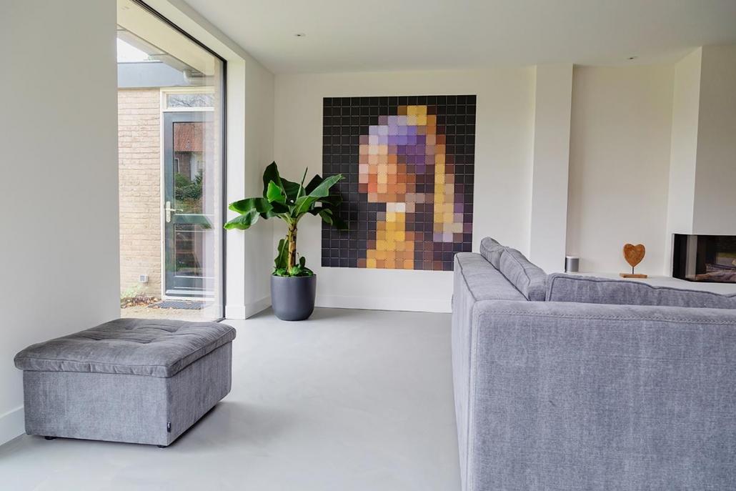 PU designgulv i stue med grå sofa