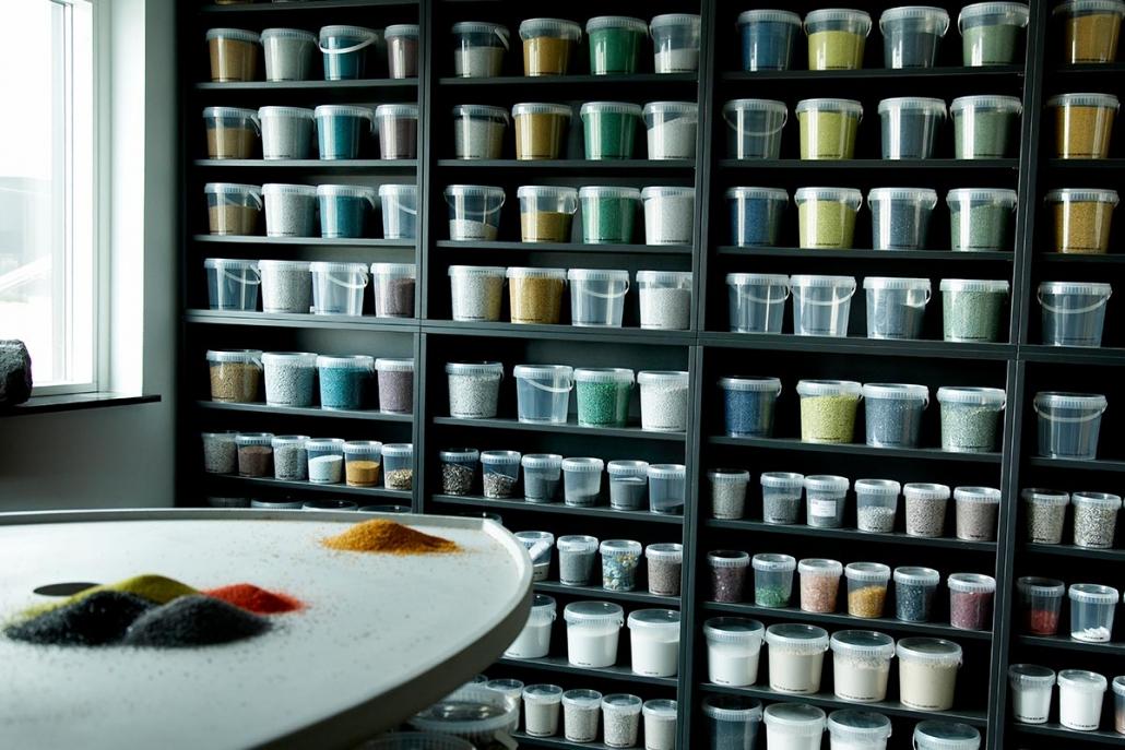 Reol udstillet med forskellige farver af sten til stengulve med transparent epoxy