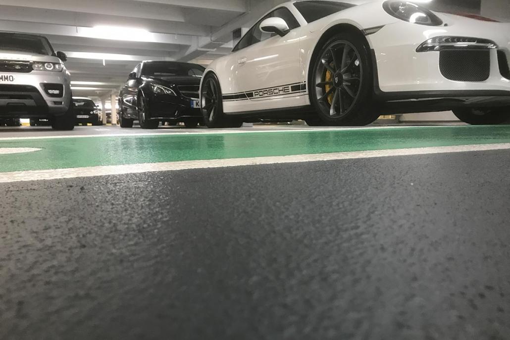 Grøn og sort epoxygulv i parkeringshus