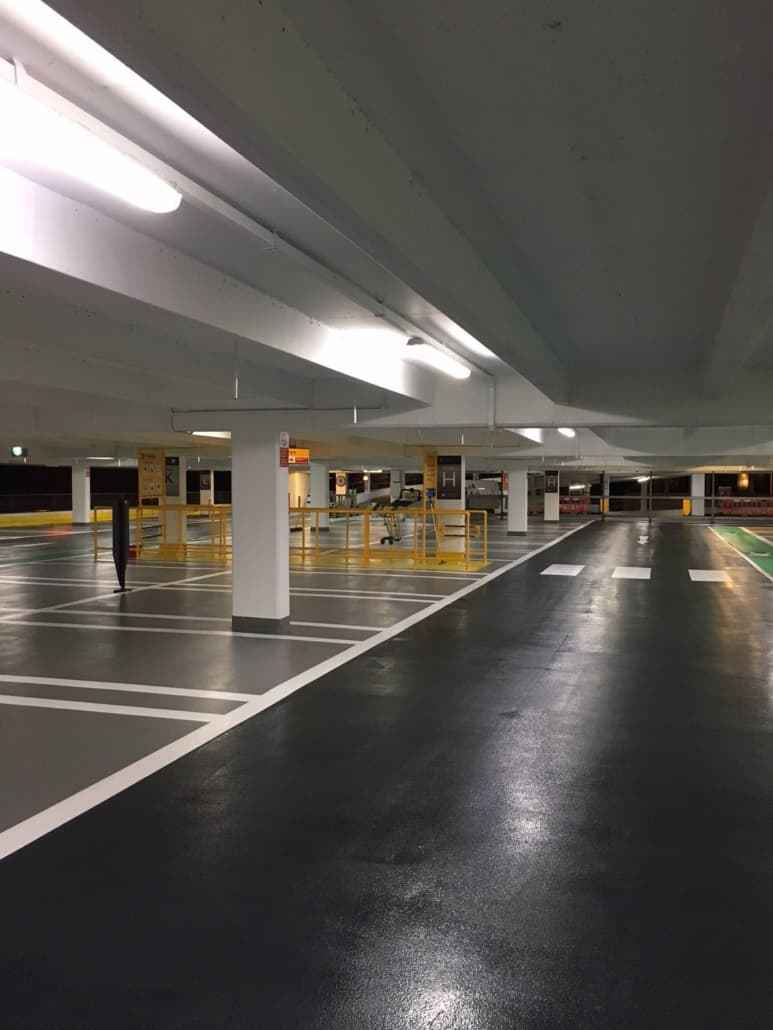 Fugefrit epoxygulv i parkeringshus med P-båse
