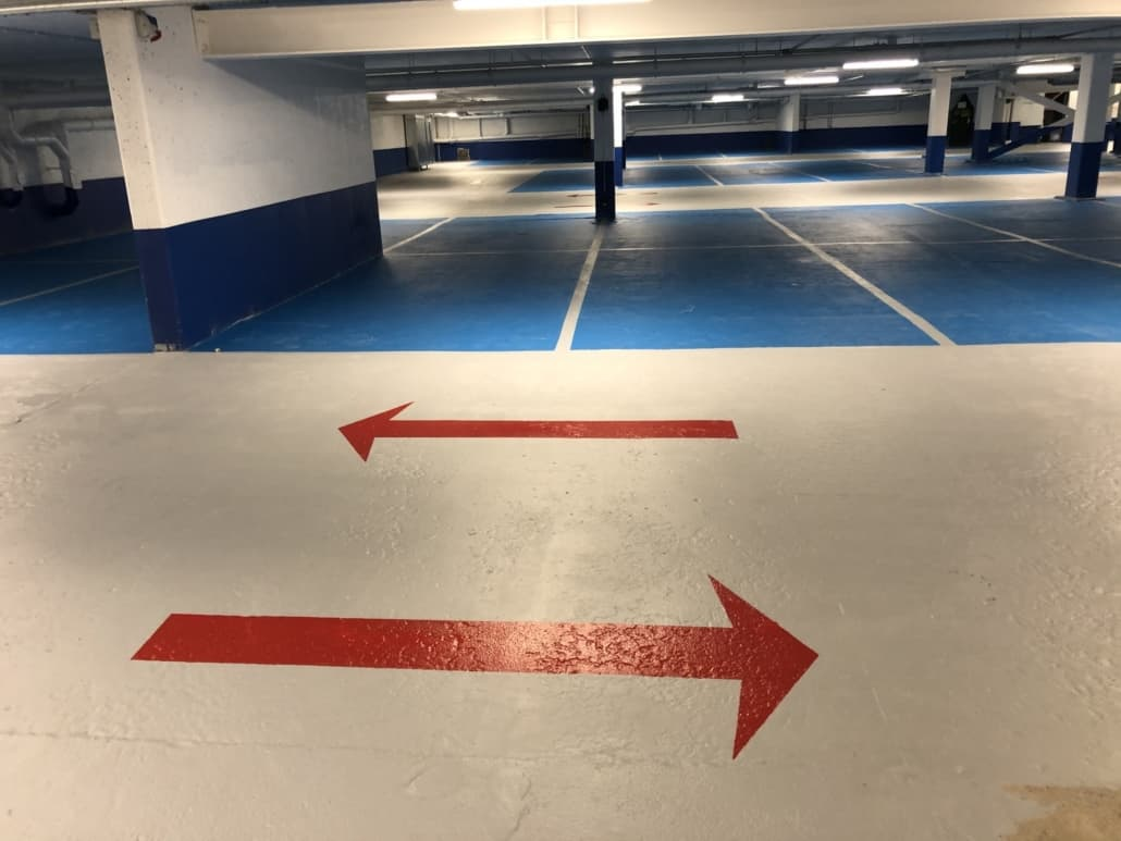 Fugefrit epoxygulv i parkeringshus med P-båse og køreretning