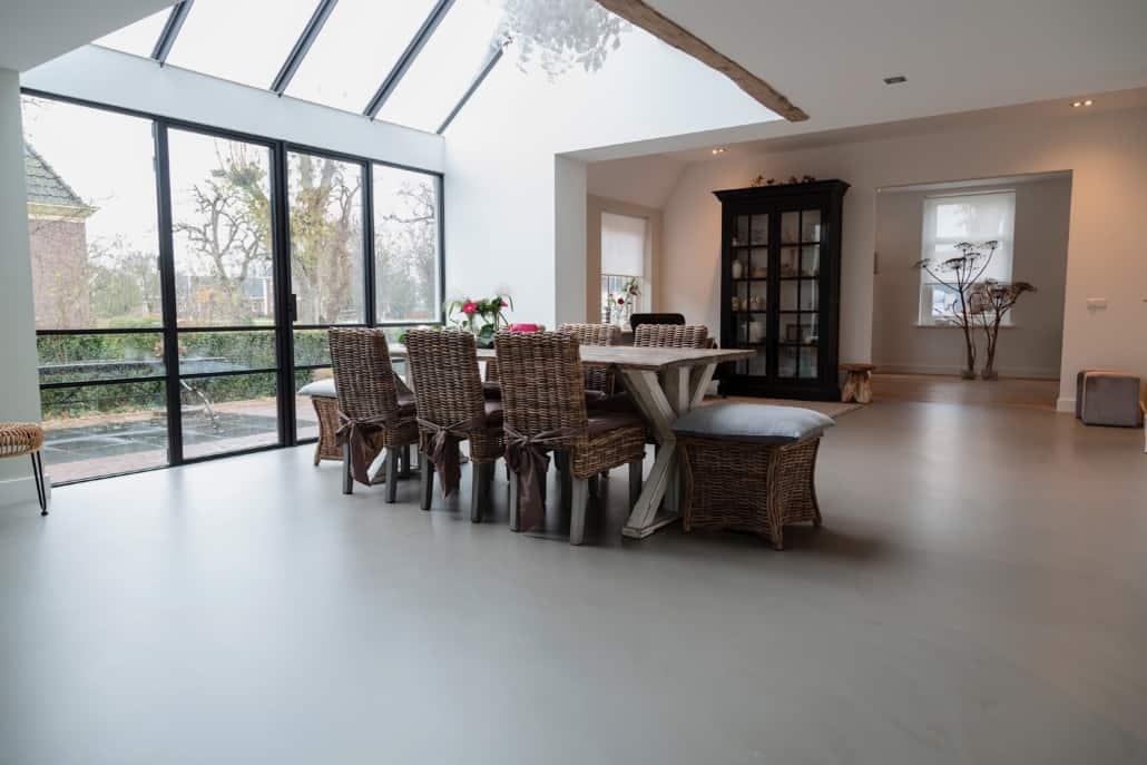 PU gulv i spisestue med spisebord og stole