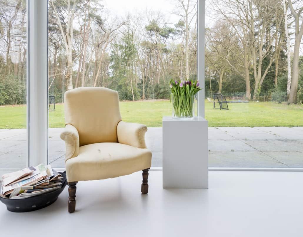 Hvidt PU gulv i stue med panoramavinduer